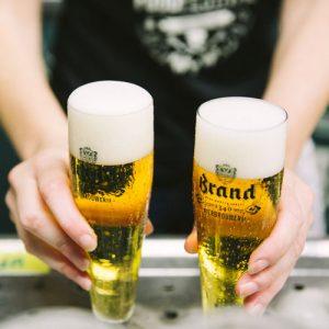 Brand speciaalbier, barman tapt twee biertjes